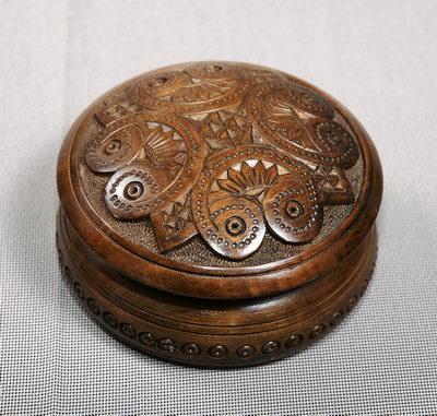 Шкатулка кругла різьбляна